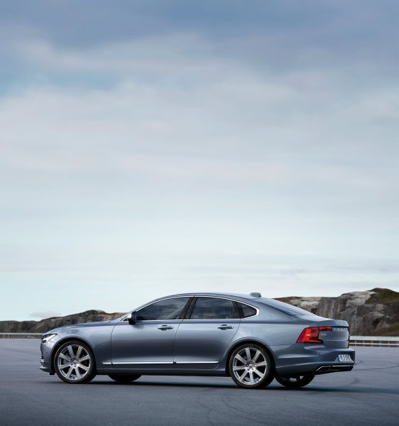 170086_Rear_Quarter_Profile_Volvo_S90_Mussel_Blue